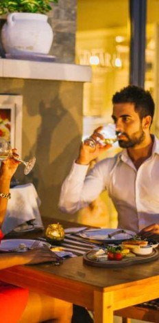 Mladi par uživa u većeri za dvoje u restoranu Solaris Resorta u Vrnjačkoj banji