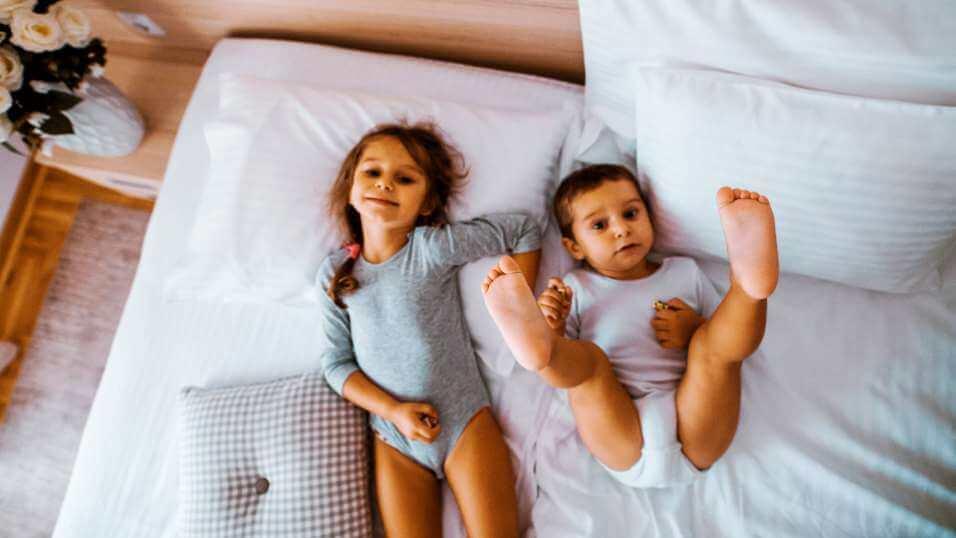fotografija dece koja uživaju na krevetu spavaće sobe hotela Solaris Resorta u Vrnjačkoj Banji