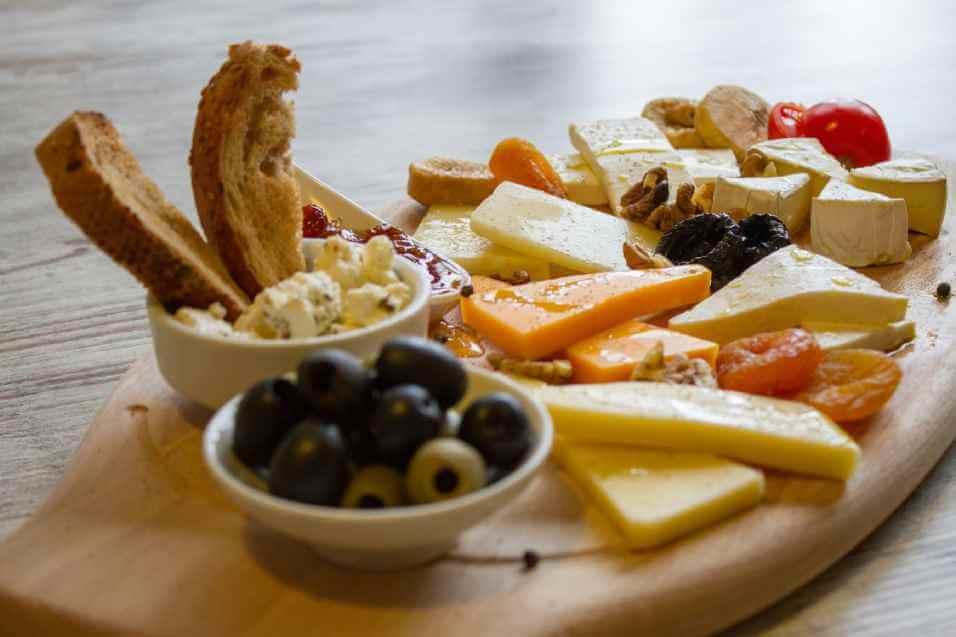 Doručak sa nekoliko vrsta sira, maslinkama, lučenom paprikom, suvim voćem i tartar sosom se služi u okviru a la carte usluge restorana Solaris Resorta u Vrnjačkoj Banji
