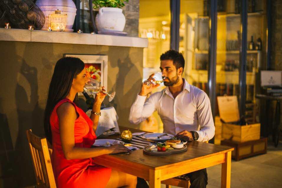 Mladi par uživa uz vino i većeru za dvoje u restoranu Solaris Resorta u Vrnjačkoj Banji
