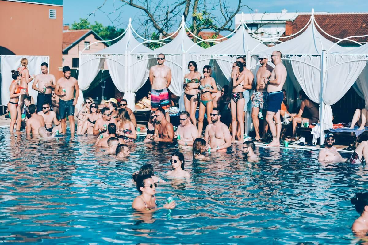 Fotografija sa bazena Solaris Resorta gde se organizovala VIP žurka LOVEFEST-a