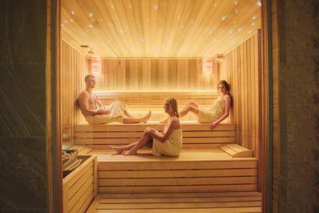 dve devojke i jedan momak u ruskoj sauni Solaris Resorta