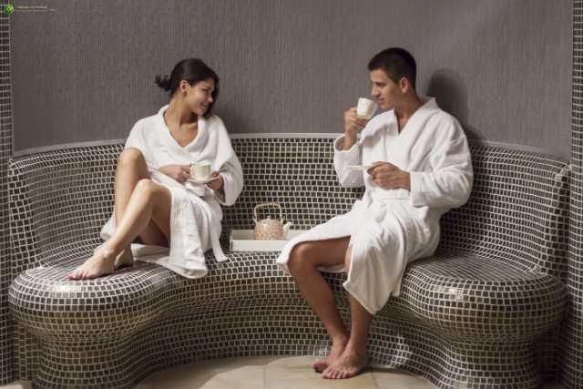 momak i devojka u adekvatnoj odeci uzivaju u wellness i spa centru u Vrnjačkoj Banji