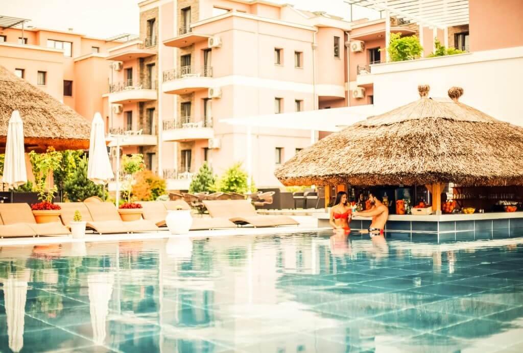 zaljubljeni par uziva u bazenu sa tropskim barom u Vrnjackoj Banji