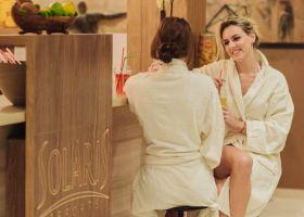 Dve devojke uživaju u sveže cedjenim sokovima fresh bara u wellness i spa centru Solaris Resorta