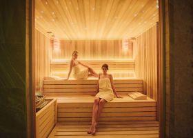 Na fotografiji su dve devojke, korisnice ruske saune u wellness i spa centru Solaris resorta