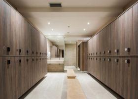 Prikazana je svlačionica wellness centra Solaris resorta sa elektronskim zaključavanjem kaseta za garderobu