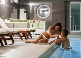 Na fotografiji je mladi par pokraj zatvorenog bazena wellness centra u Solaris resortu